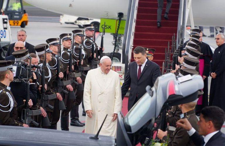 El Papa, en el aeropuerto de Riga