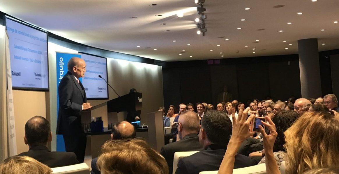 Francisco Vallejo, presidente de SabadellUrquijo Banca Privada, durante la entrega de las ayudas