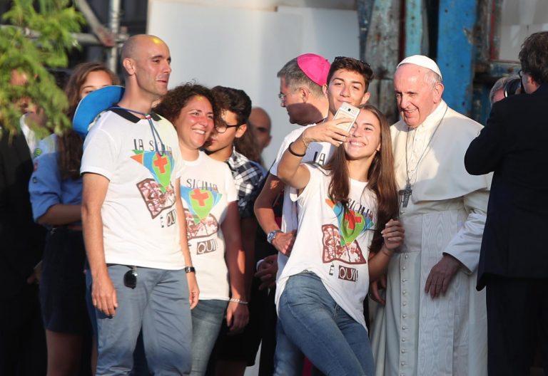 El papa Francisco se hace un selfie con los jóvenes en Palermo