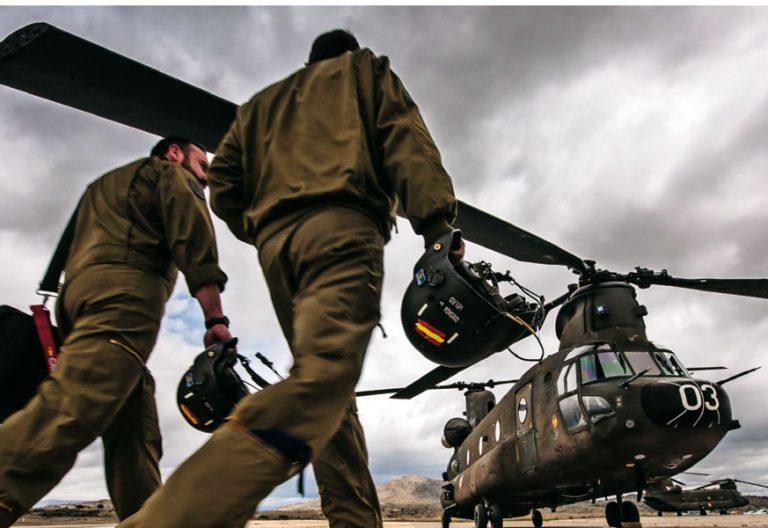 Dos soldados del Ejército del Aire en una fotografía difundida por el Ministerio de Defensa de España