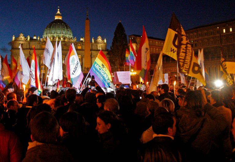 Manifestación de colectivos gais en la Plaza de San Pedro