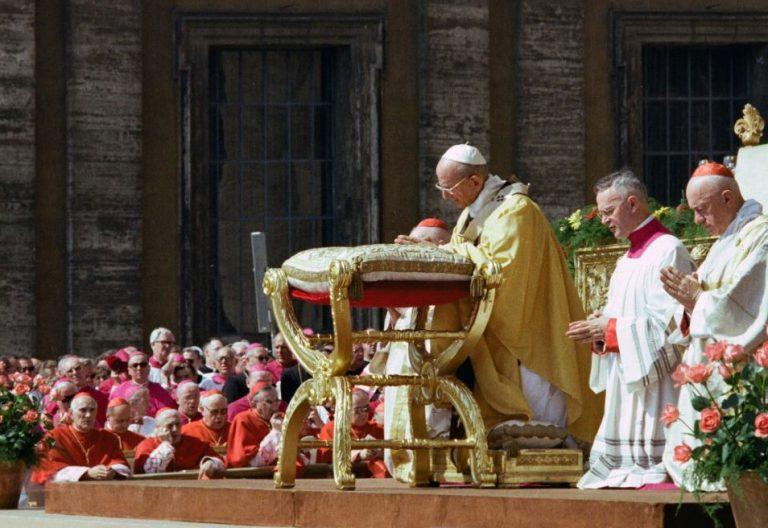 Pablo VI durante una ceremonia en la Plaza de San Pedro