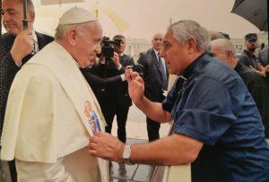 Jose Aumente le pone la estola de la pastoral de la carretera al papa francisco