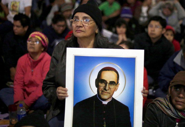 Fieles salvadoreños con una imagen de monseñor Romero