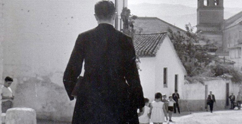 El P. Tiburcio Arnaiz en una visita a uno de los corralones de Málaga