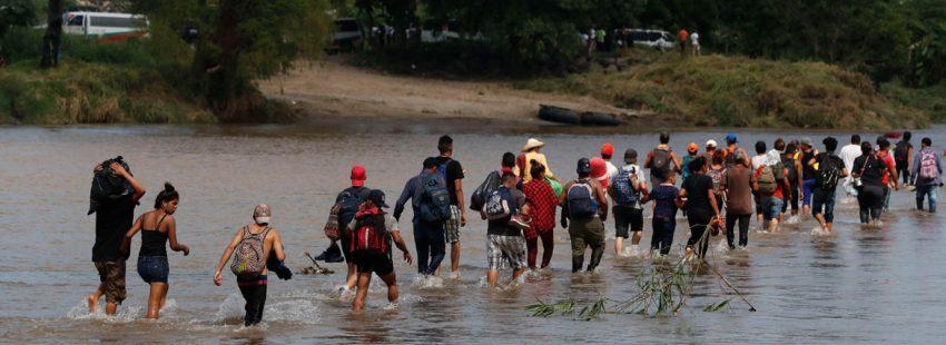 La Caravana de Migrantes a su paso por el río que separa Guatemala de México
