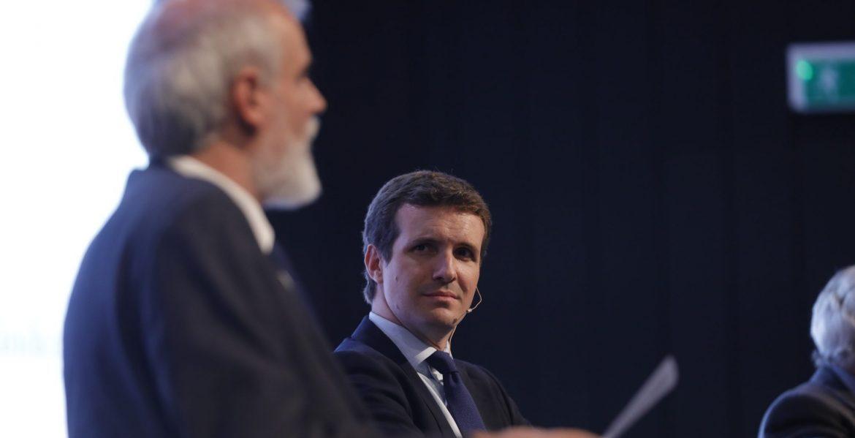 Pablo Casado escucha a Julio Martínez en el Congreso La Iglesia en Democracia/JESÚS G.FERIA