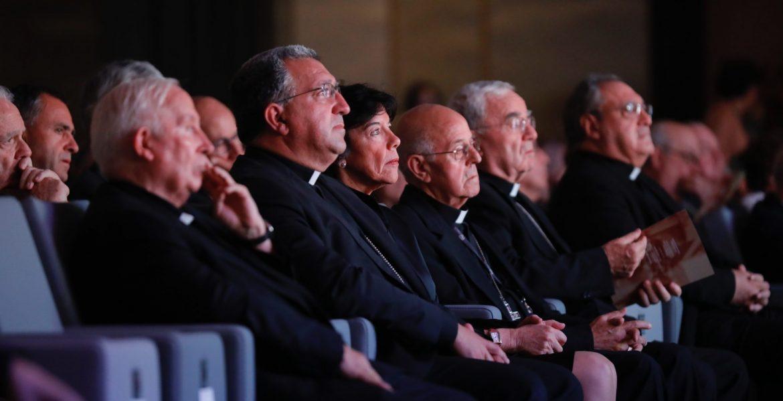 La ministra Isabel Celaá, en el Congreso Iglesia y Democracia, flanqueada por Ricardo Blázquez y Ginés García Beltrán/JESÚS G. FERIA
