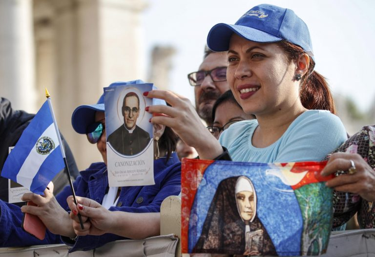 Una mujer, en la canonización de Óscar Romero/EFE