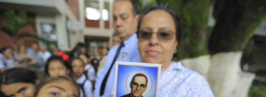 Una mujer, en un homenaje a Óscar Romero/EFE