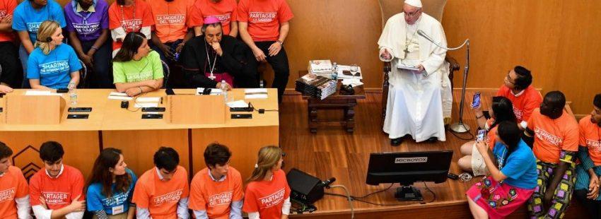El papa Francisco con jóvenes en la presentación del libro de Antonio Spadaro