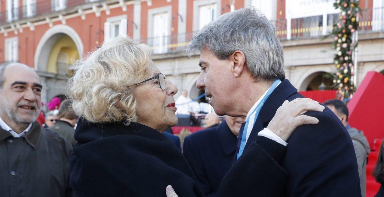 La alcaldesa de Madrid, Manuela Carmena, y el presidente de la Comunidad de Madrid, Ángel Garrido, en la fiesta de la Almudena/EFE