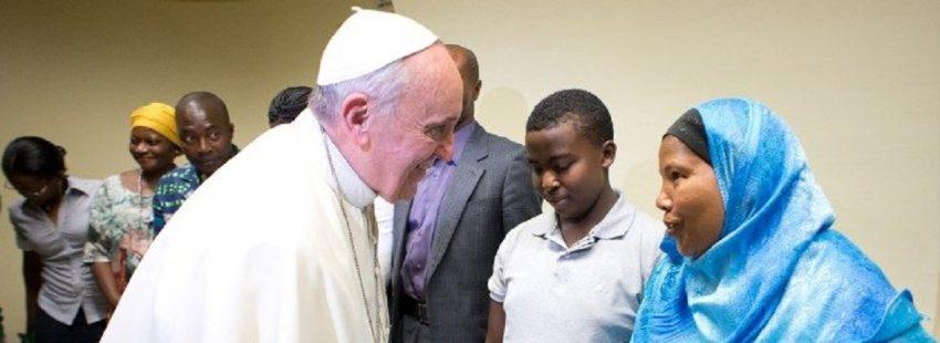 francisco con refugiados