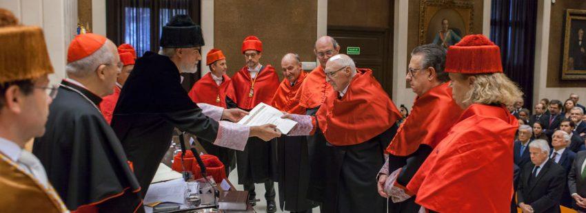 Julio Martínez, rector de la Universidad Pontificia Comillas, entrega el docto honoris causa a tres de los padres de la Constitución