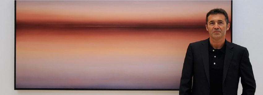 jose saborit con una de las obras de su exposición mientras la luz