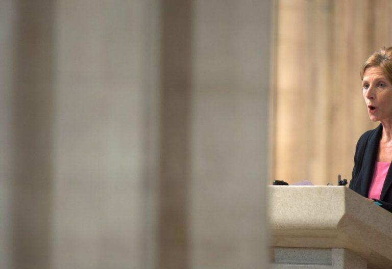 Una mujer proclama una lectura en una iglesia de Londres/CCE