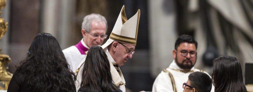 El Papa Francisco, con niños, en la misa de la II Jornada Mundial de los Pobres