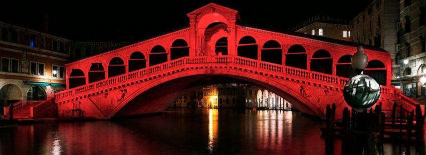 El Puente Rialto, en Venecia, se tiñe de rojo por los cristianos perseguidos