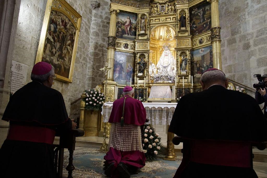 Ángel Fernández Collado, nuevo obispo de Albacete, rezando en la catedral antes de su toma de posesión el 17 de noviembre de 2018