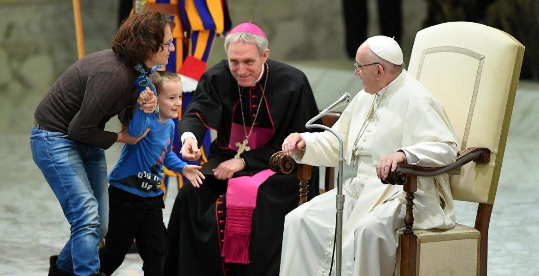 La madre de Wenzel explica al Papa que el menor sufre autismo/EFE