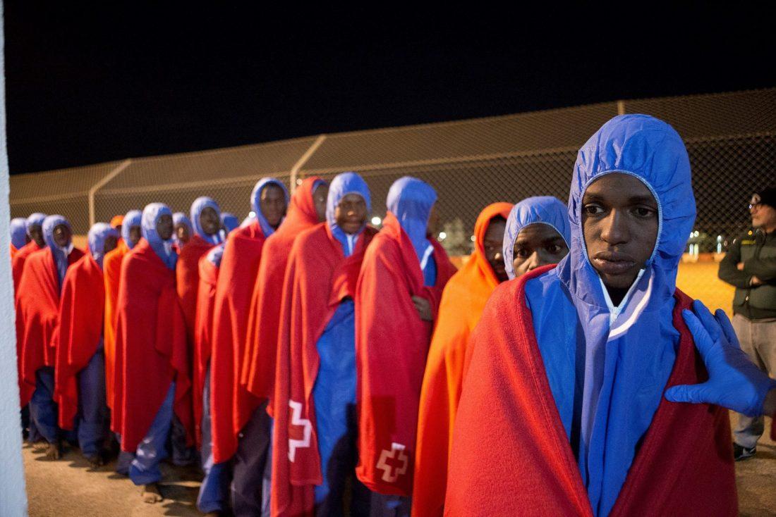 Llegada al puerto de Motril, en Granada, de los 81 inmigrantes rescatados por Salvamento Marítimo cuando navegaban en una patera al sur de la isla de Alborán. EFE / Miguel Paquet.