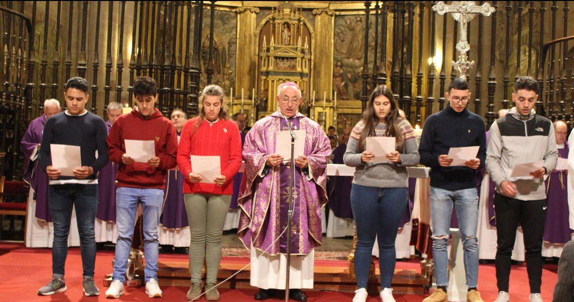 Atilano García, con un grupo de jóvenes, en la apertura del sínodo diocesanos de Sigüenza-Guadalajara, el 2 de diciembre de 2018
