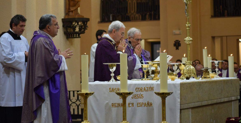 El nuncio Fratini, junto al cardenal Rouco y el obispo García Beltrán, durante la eucaristía