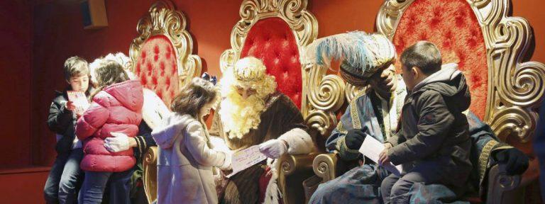 Varios niños entregan su carta a los Reyes Magos