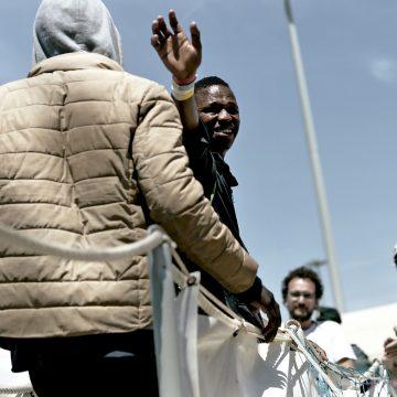 Inmigrantes del buque Aquarius a su llegada al puerto de Valencia