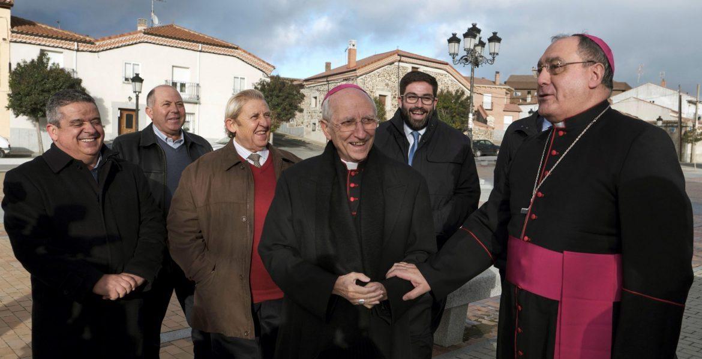 Gil Tamayo, y su predecesor abulense García Burillo, durante la simbólica ceremonia de acogida en Aldeavieja/EFE