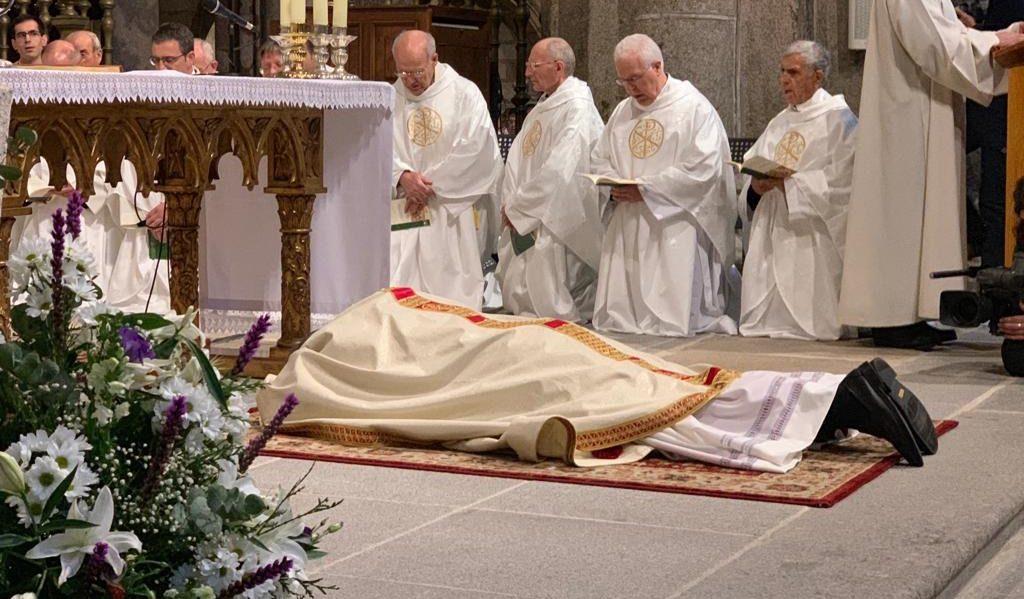 El nuevo obispo de Ávila se postra ante el altar durante la ceremonia de ordenación