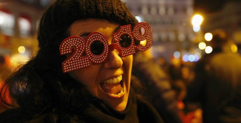 Una joven celebra la Nochevieja en la Puerta del Sol de Madrid/EFE