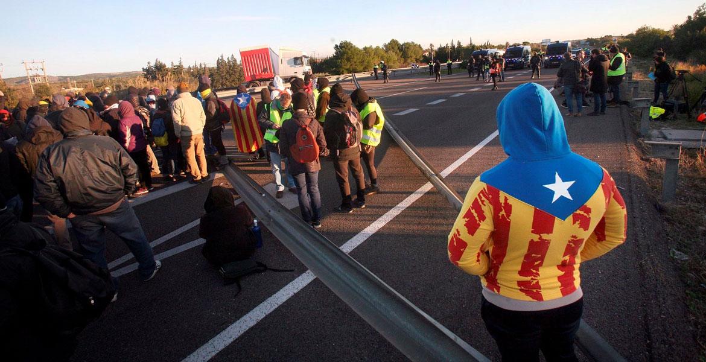 Un piquete de los CDR cortan el tráfico en la AP7 coincidiendo con la celebración en Barcelona del Consejo de Ministros, el 21 de diciembre de 2018