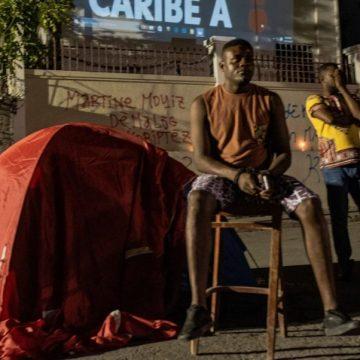 Un grupo de jóvenes ante la Corte Superior de Justicia de Haití