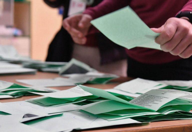 Papeletas electorales en un colegio durante las elecciones autonómicas del 2 de diciembre de 2018