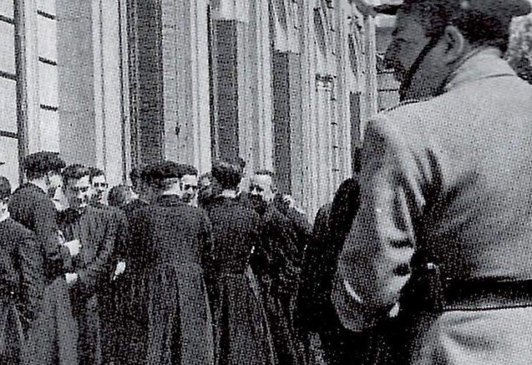 curas-ante-juzgado-guernica-1967-solidaridad-sacerdote-enjuiciado