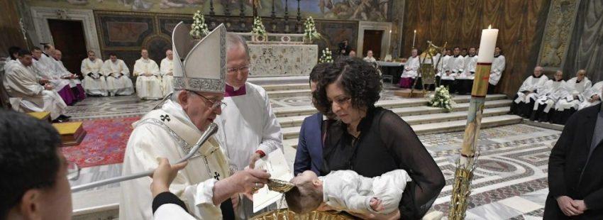 El papa Francisco bautiza en la Capilla Sixtina a 27 niños y niñas, hijos de empelados del Vaticano, en la Fiesta del Bautismo de Señor, el 13 de enero de 2019