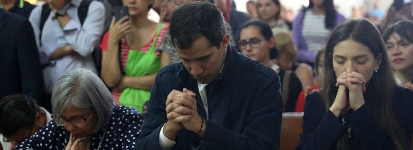 El presidente de Venezuela Juan Guaidó, con su madre y su esposa, asiste a misa/EFE