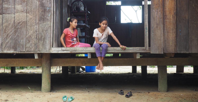 Niñas indígenas en la Amazonía peruana, un territorio también afecatdo por la explotación de las multinacionales