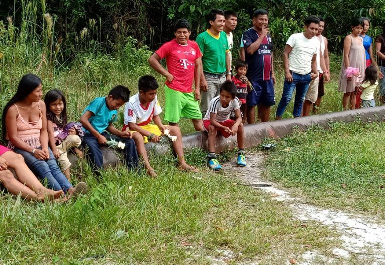 La comunidad indígenas de Yurimaguas, en Perú, sobre el tubo petrolífero de la empresas Petroperú que atraviesa sus tierras y que ha producido varios vertidos