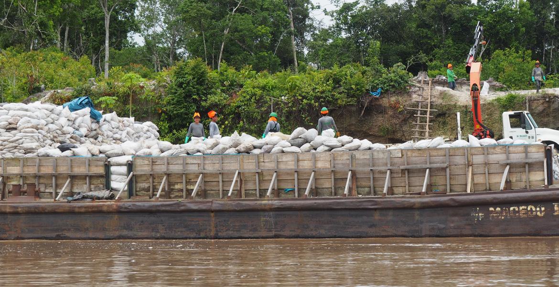 Empleados de Petroperú cargan sacos con restos del crudo vertido al río Morona por el oleoducto que atraviesa la Amazonia peruana e noviembre de 2018. Foto: José Lorenzo