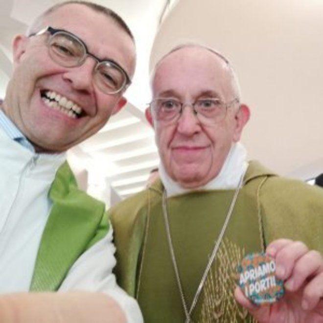 """El papa Francisco se fotografía con una chapa que reza: """"Abramos los puertos"""""""