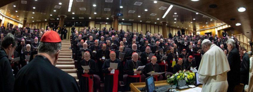 """EPA4788. CIUDAD DEL VATICANO (VATICANO), 21/02/2019.- Fotografía tomada con ojo de pez y cedida este jueves por el Vaticano, que muestra al papa Francisco (3-d) durante la inauguración de la reunión para la protección de menores en el Vaticano. El papa Francisco indicó que lo que se espera de la Iglesia no es solo condenar los abusos de sus clérigos sino """"medidas concretas y efectivas"""" ante los 190 representantes de la jerarquía eclesial reunidos para afrontar el problema de los abusos en una cumbre sin precedentes en la historia de la Iglesia. EFE/ Vatican Media FOTOGRAFÍA CEDIDA/ SOLO USO EDITORIAL/ NO VENTAS"""