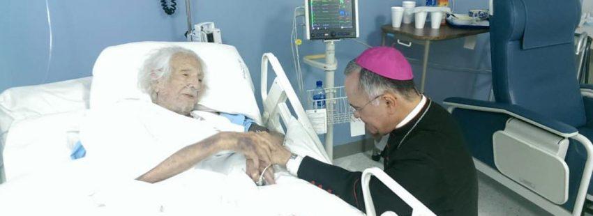 Ernesto Cardenal bendice desde su cama del hospital, en Managua, al obispo auxiliar de esa archidiócesis, Silvio José Báez, tras ser rehabilitado el exministro sandinista de su supensión a divinis como sacerdote por Juan Pablo II. Fecha: febrero 2019