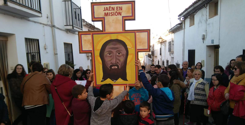 Un grupo de niños y jóvenes, con la Cruz de la Misión Diocesana de Jaén, que recorrió la diócesis a lo largo de 2019
