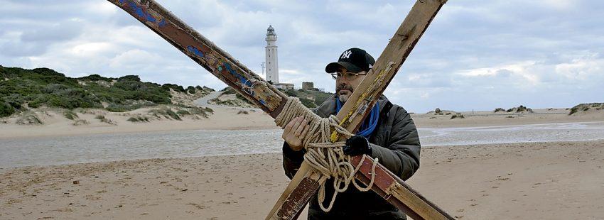 Cruces de madera por los migrantes en Cádiz