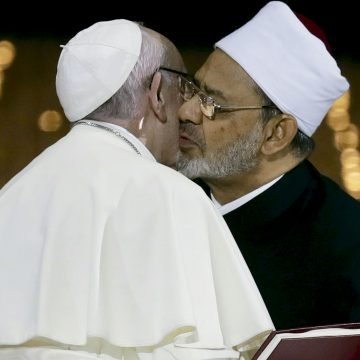 El papa Francisco besa al Gran Imán de Al-Azhar en Emiratos Árabes Unidos