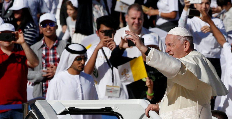 El Papa saluda a los fieles congregados en el estadio del Zayed, en Abu Dhabi/EFE