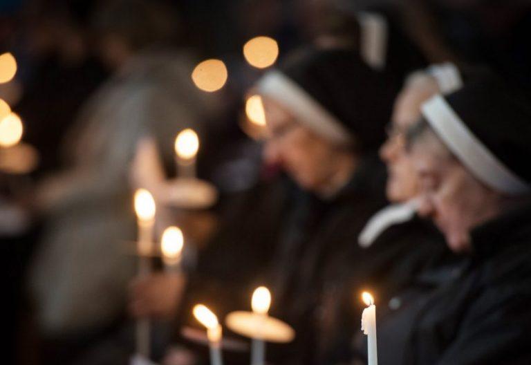 Un grupo de religiosas en una oración