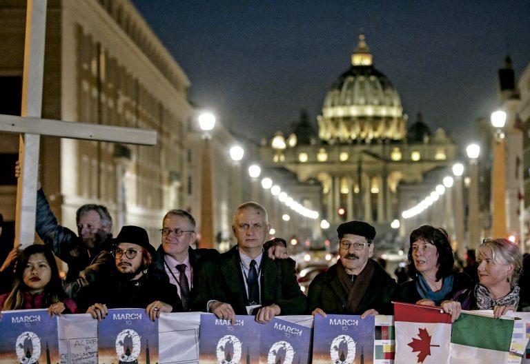 Víctimas de abusos sexuales se concentran en el Vaticano